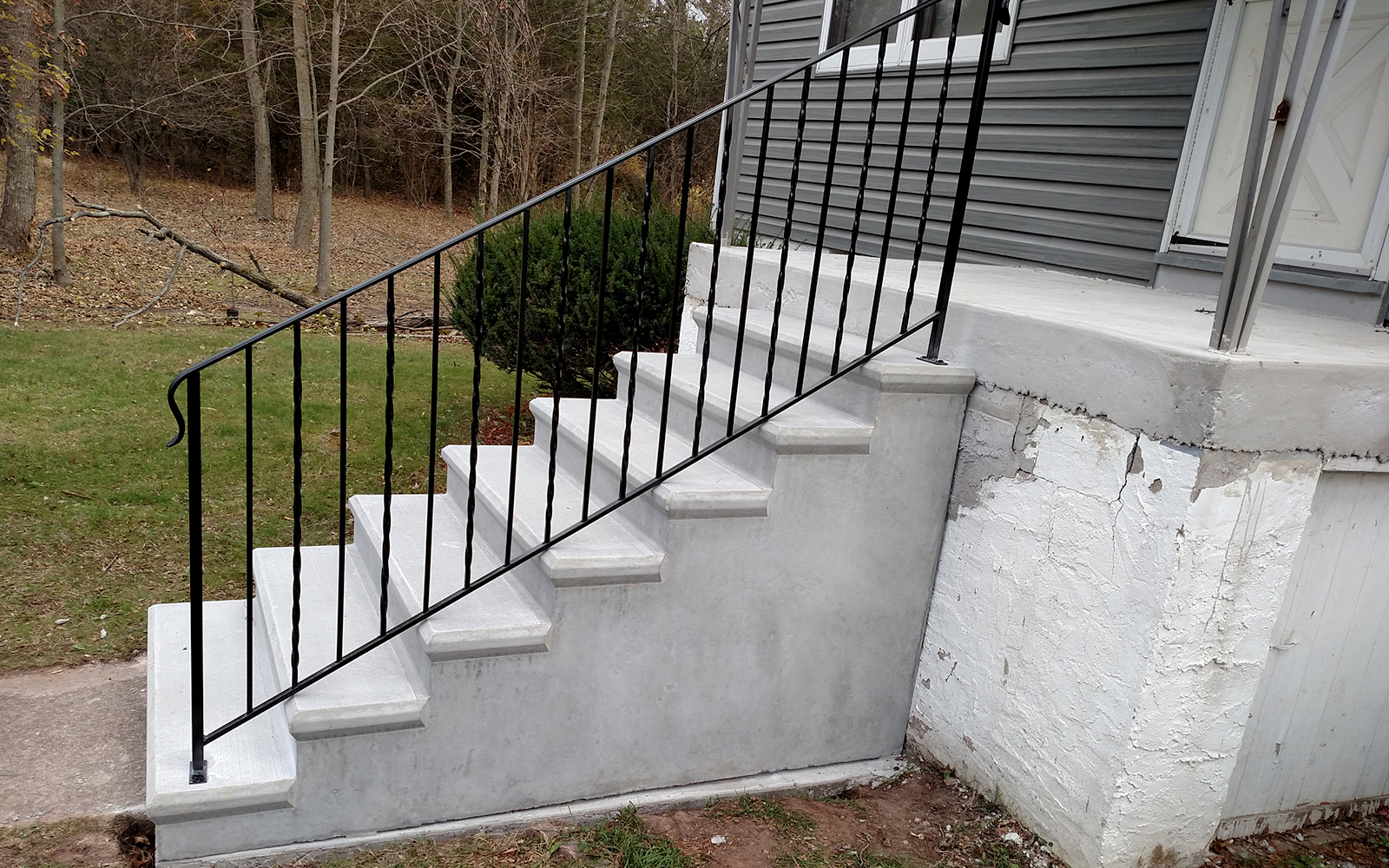 alternating-twist-and-straight-picket-step-railing