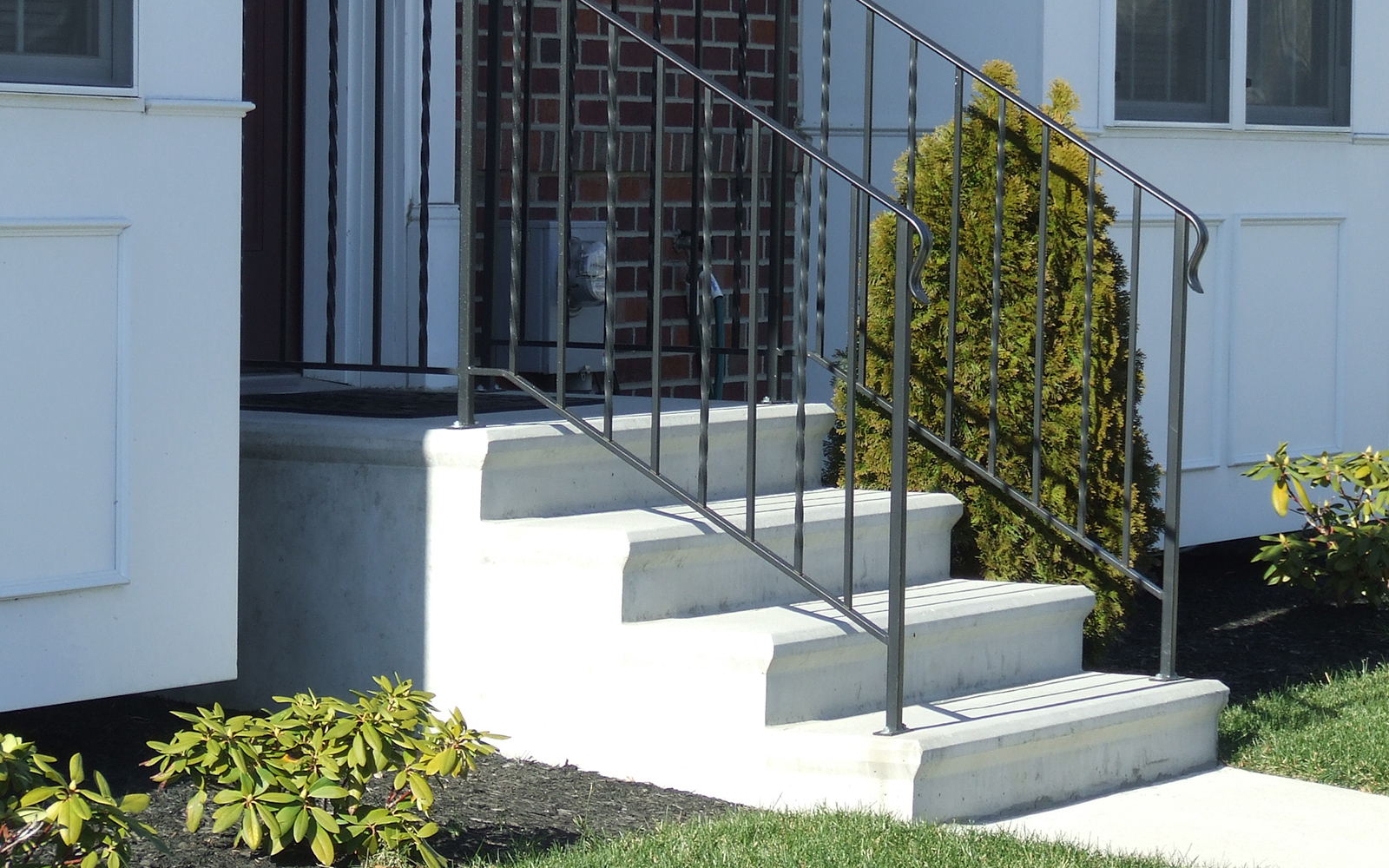 alternating-twist-and-straight-stair-railing